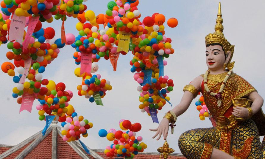14. Шарики в небе в Пхном Пенх рядом с фигурой, символизирующей Камбоджийскую народную партию во время празднования 31-й годовщины падения режима красных кхмеров. (AP Photo/Heng Sinith)