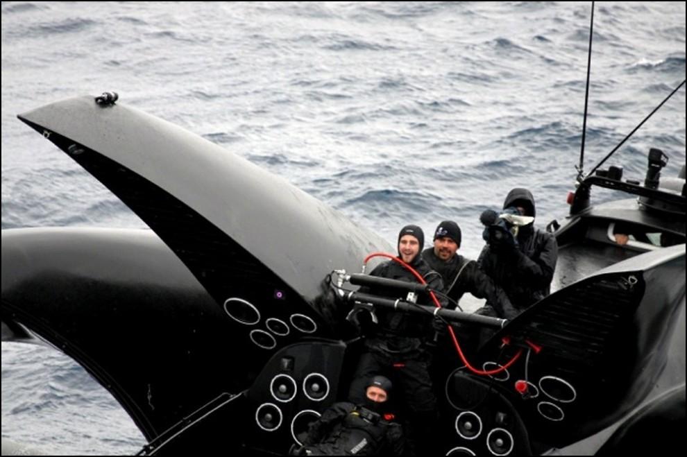14) © REUTERS/The Institute of Cetacean Research // От удара лодка потеряла нос и начала тонуть.