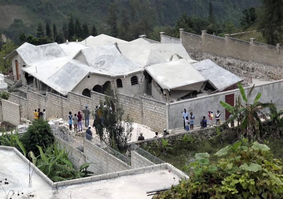 14. Дом в Тхомассине примерно в 19 км к востоку от Порт-о-Пренса также пострадал от землетрясения 12 января. (Str / Reuters)
