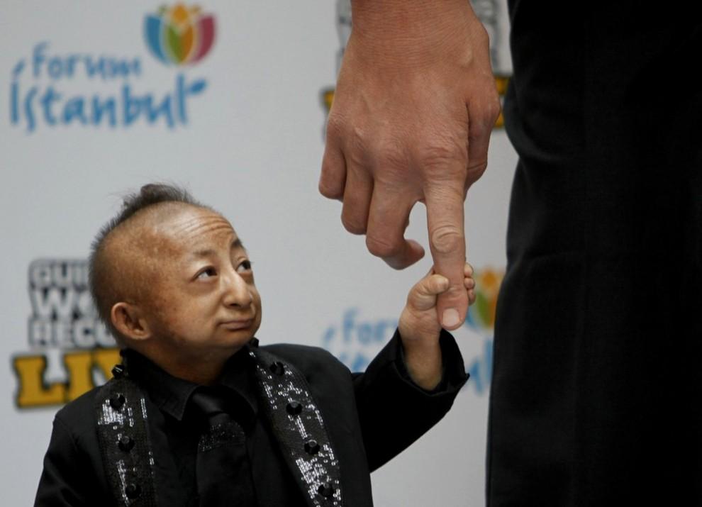 """...открытии  """"Guinness World Records live roadshow """" встретились самый большой и самый маленький человек в мире."""