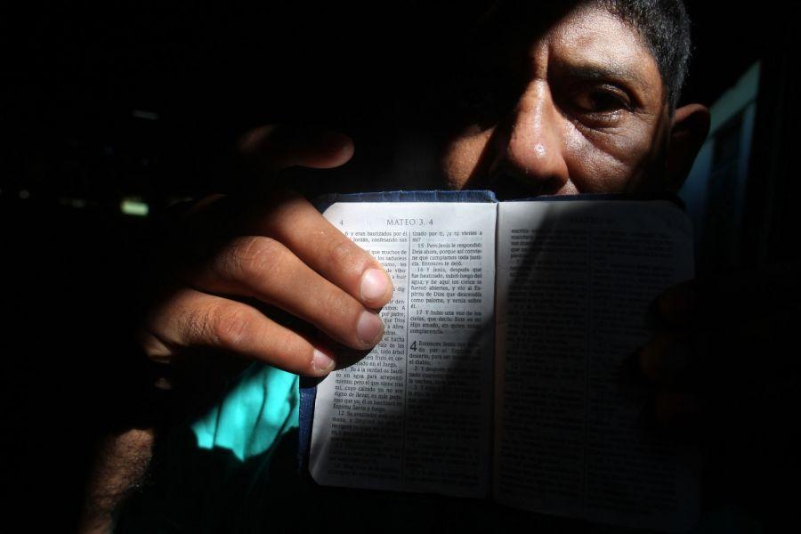 14. Пациент показывает отрывок из Библии в книге от Матфея в мужском отделении психиатрической клиники в Манагуа 4 февраля 2009. (AP Photo/Esteban Felix)