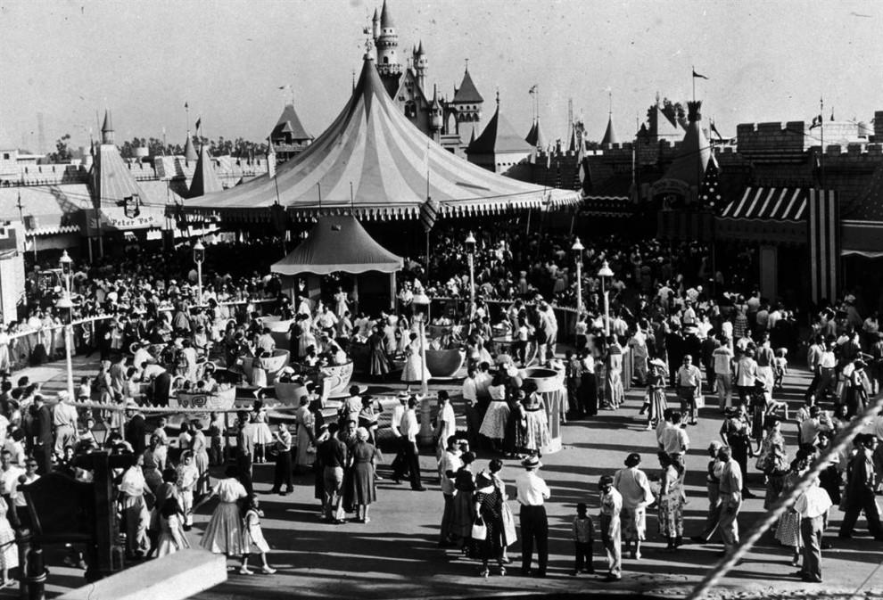 14) Толпа возле парка аттракционов «Диснейленд» в Анахайме, Калифорния, около 1955 года. (Archive Photos / Getty Images)