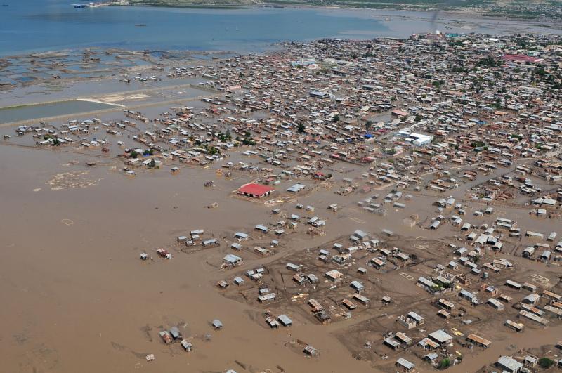 14) Вид с воздуха на Порт-о-Пренс после урагана 9 сентября 2008 года. (UPI Photo/William S. Parker/U.S. Navy)