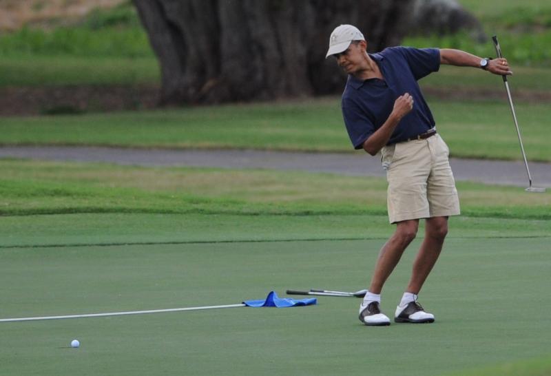14. Президент Барак Обама отправляет мяч в 9-ую лунку во время игры в гольф-клубе «Mid-Pacific Country Club» в Каилуа, Гавайи. (UPI/Cory Lum)