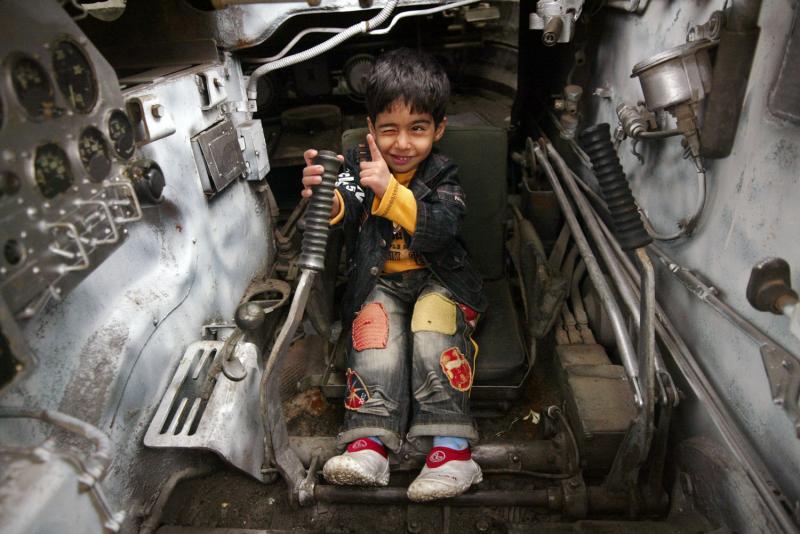 14. Иранский 4-летний мальчик Юнес играет в танке на военной выставке, проводимой иранской армией на военной базе в Тегеране 19 апреля 2009 года. (UPI Photo/Mohammad Kheirkhah)