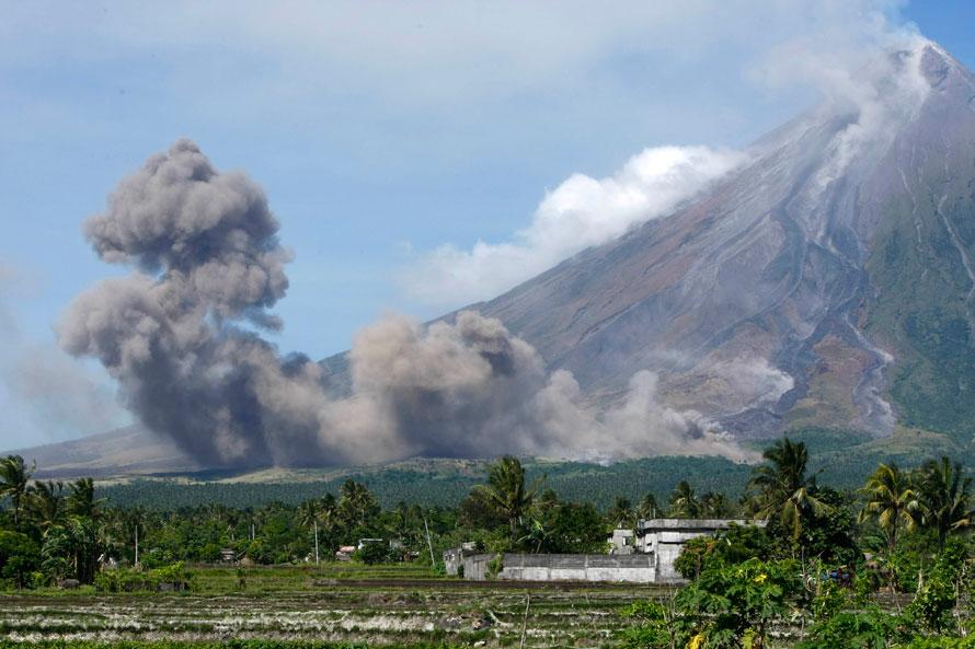 15. Столп пепла поднимается с подножья вулкана Майон в «пирокластическом потоке» во время извержения самого активного вулкана страны у города Легазпи, провинция Албай, примерно в 498 км на юго-восток от Манилы. (AP Photo/Bullit Marquez)