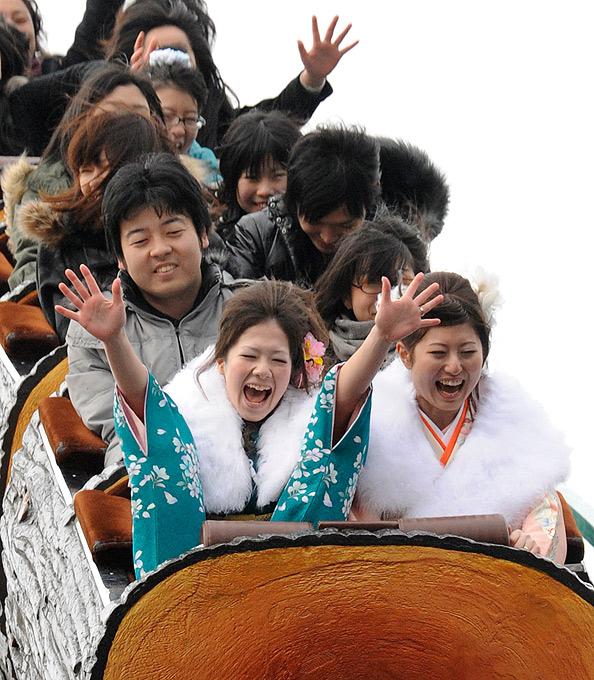1) В Японии отмечают совершеннолетие лица, которым в прошедшем году исполнилось 20 лет. (AP)