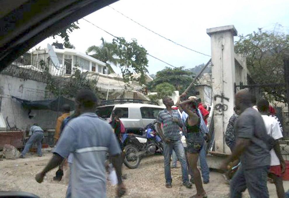 15. Гаитянцы вышли на улицы Порт-о-Пренс после того, как первые толчки сотрясли их бедную Карибскую нацию 12 января. (- / AFP - Getty Images)