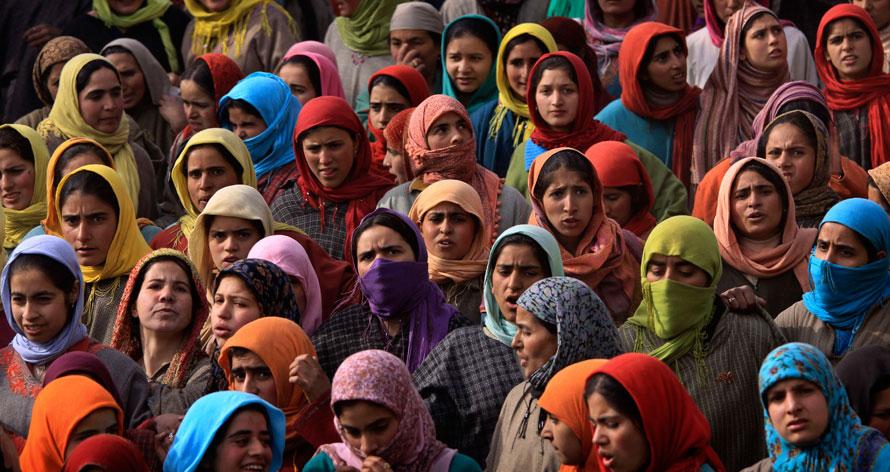 15. Кашмирские мусульмане наблюдают похоронную процессию боевика Рияза Ахмеда в деревне Абхама в 59 км от Шринагара, Индия. Люди, выкрикивающие слоганы за свободу, приняли участие в похоронной процессии Ахмеда, которого предположительно убили правительственные службы во время перестрелки. (AP Photo/Dar Yasin)