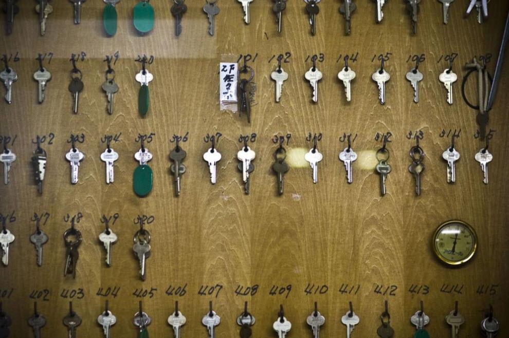 13. Ключи дешевого мотеля, где живут рабочие и люди, получающие пособия, 17 января 2009 года в Осаке. (Shiho Fukada)