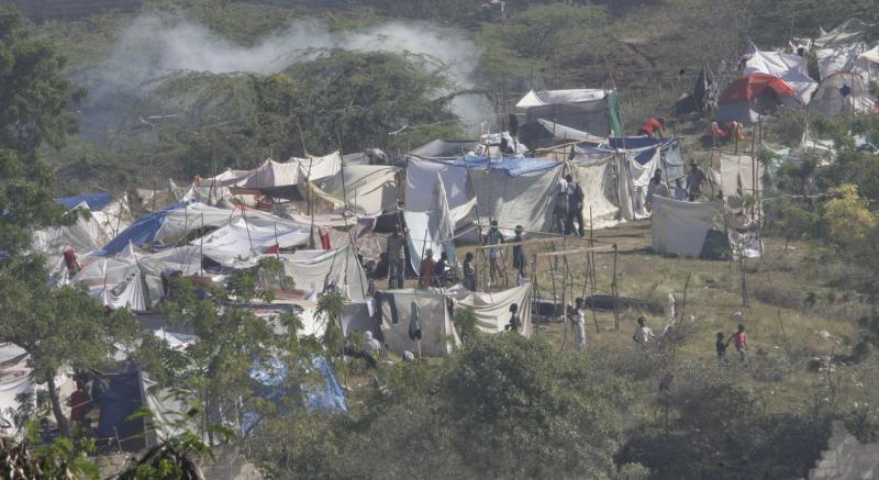 15. Местные жители разбили временный лагерь в Порт-о-Пренс 16 января 2010 года после землетрясения в 7.0 баллов, случившегося 12 января. (UPI/Anatoli Zhdanov)