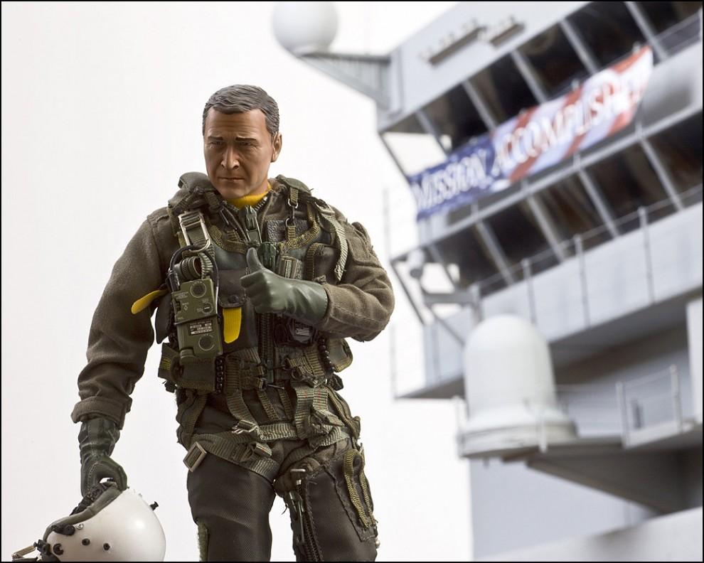 """15) © Bradley Wollman // Миссия завершена. """"Я сделал сам эту вышку авианосца на фоне фигурки Буша-младшего. Это заняло достаточно много времени."""""""