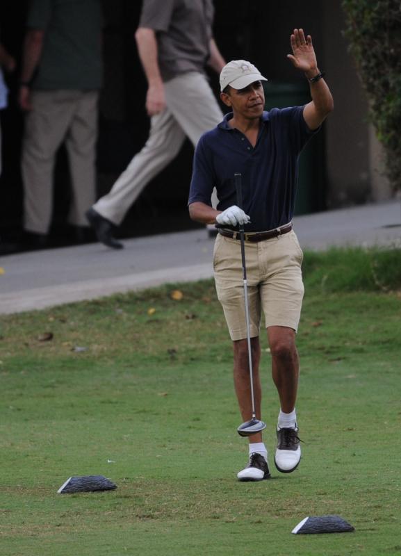 15. Барак Обама играет в гольф на 9-ой лунке в Каилуа, Гавайи. (UPI/Cory Lum)