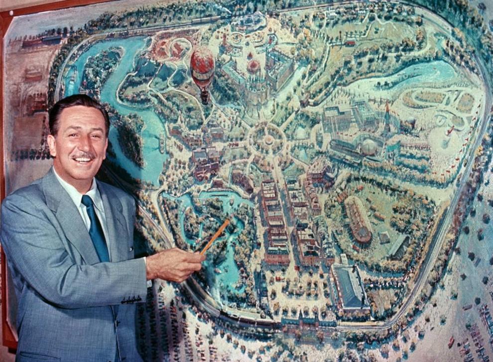 15) Возле  первой разработки легендарного художника студии «Дисней» Питера Элленшоу Уолт Дисней рассказывает телезрителям о своей задумке Диснейленда на премьере телешоу «Диснейленд», 27 октября 1954 года. (Disneyland)