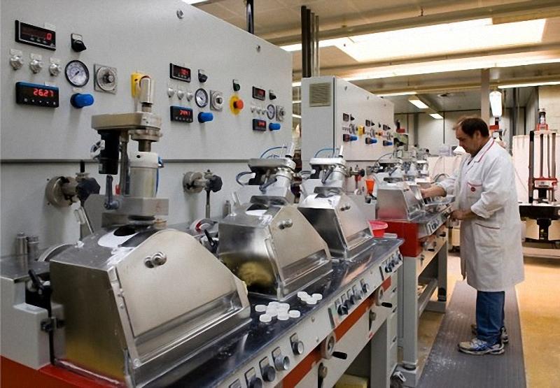 15) Рабочий наблюдает за полировкой линз, во время объективо-производственного процесса.