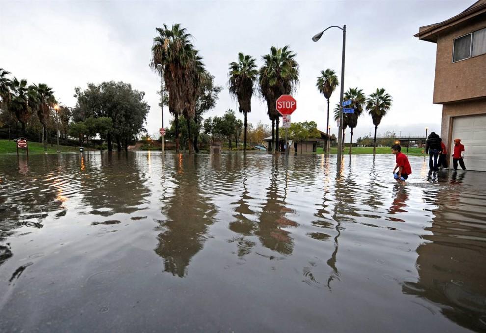 15. Жители смотрят на затопленный перекресток в Лонг Бич в среду. (Kevork Djansezian / Getty Images)