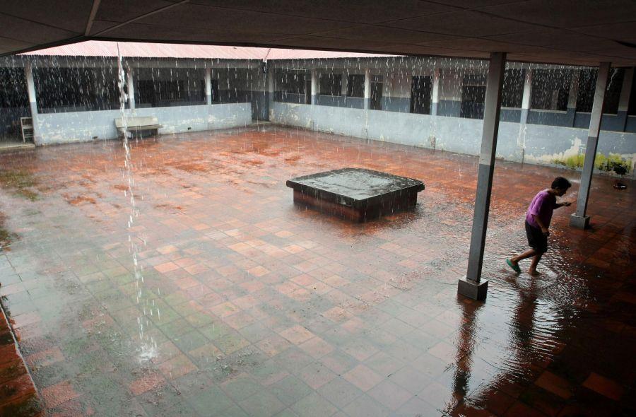 15. Пациентка идет под дождем в главном дворике женского отделения психиатрической клиники Манагуа 14 октября 2009 года. (AP Photo/Esteban Felix)