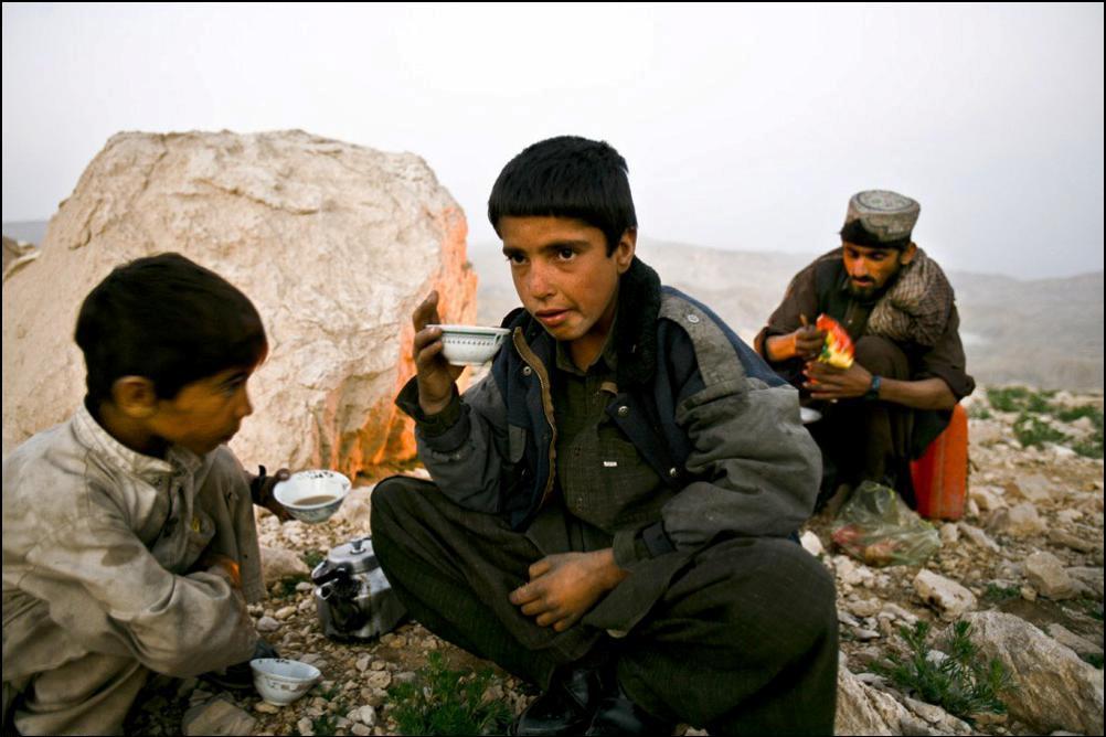 15) Юноша пьет чай с козьим молоком.
