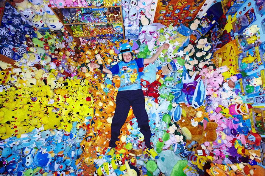 15) Лиза Кортни держит в руках Книгу рекордов Гиннеса, куда она попала за самую большую в мире коллекцию покемонов, которая включает в себя 12.113 различных игрушек. (PRNewsFoto/Guinness World Records, Paul Michael Hughes)