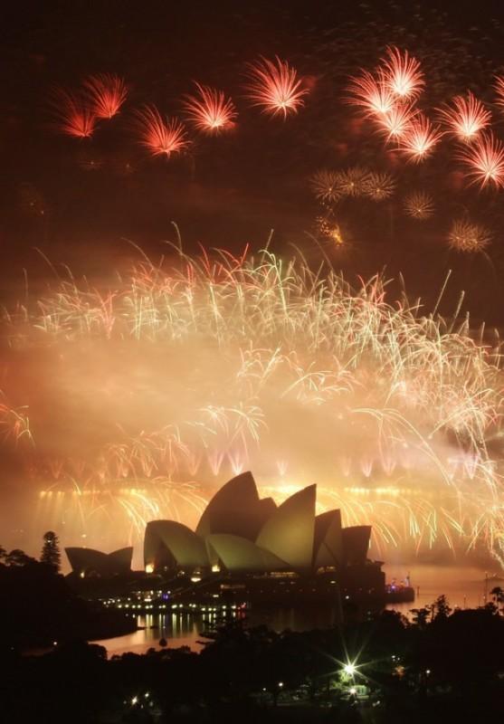 2) Фейерверки над Sydney Harbour Bridge и Оперой во время пиротехнического шоу в честь Нового года. (REUTERS/Tim Wimborne)