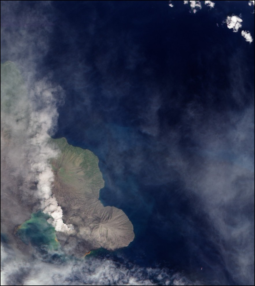 16) © NASA Earth Observatory Robert Simmon // Столб пепла вулкана Тавурвур в Папуа Новой Гвинее.