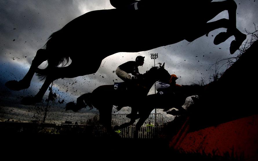 16. Участники скачек берут препятствия во время скачек в Кемптон-парк в Санбери, Англия. (Photo by Alan Crowhurst/ Getty Images)
