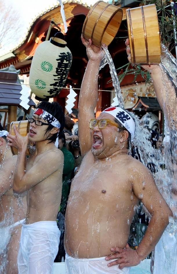 9) Производимый ежегодно обряд символизирует очищение тела и души. (Junko Kimura/Getty Images)