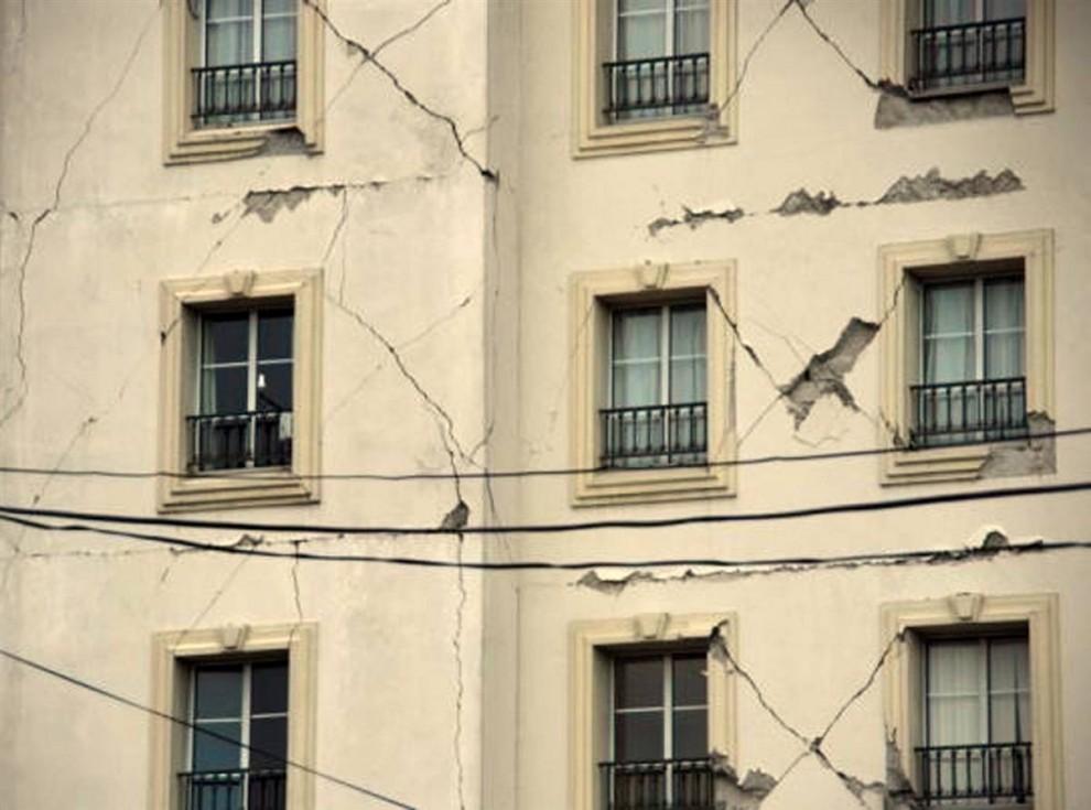 16. Трещины поползли по дому после землетрясения в Порт-о-Пренс 12 января. (Clarens Renois / AFP - Getty Images)