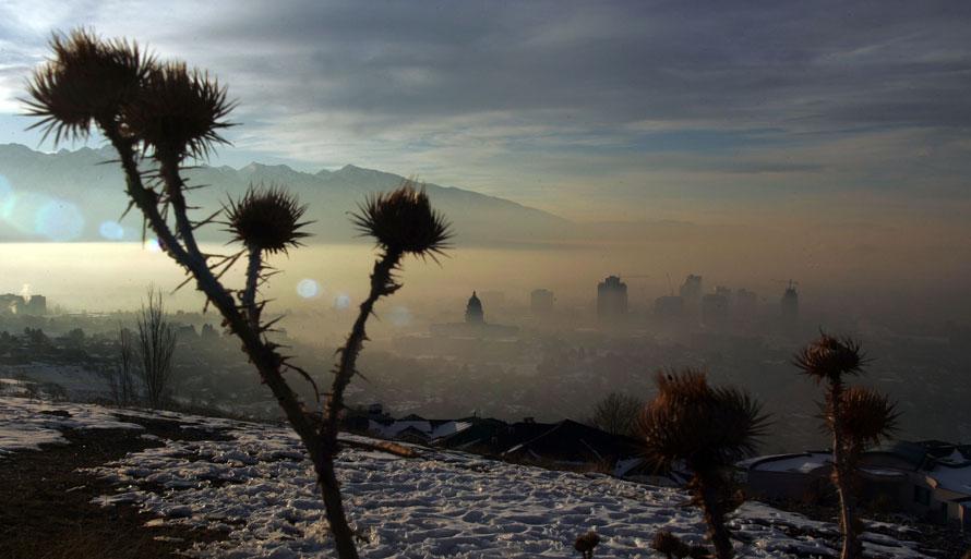 16. Смог и туман, нависший над Сотл-Лэйк-Сити, подсвечивается восходящим солнцем над горами. Во вторник в школах в некоторых частях штат Юта ученикам не разрешили выходить на улицу, после того как уровень загрязнения в штате достиг тревожного уровня. Во вторник уровни загрязнения в округах Солт-Лэйк-Сити и Дэвис заметно превысили допустимые стандарты, установленные Агентством по защите окружающей среды. (AP Photo/Deseret News, Brian Nicholson)