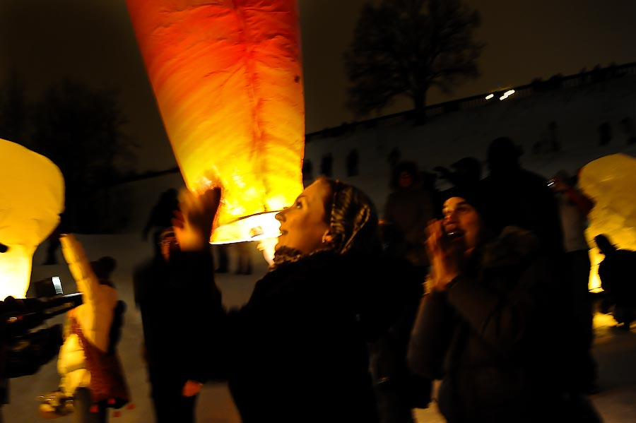 16) етающие фонарики выгодно отличает от фейерверка и то, что гости не являются сторонними наблюдателями, а смогут получить удовольствие от участия в запуске фонариков.