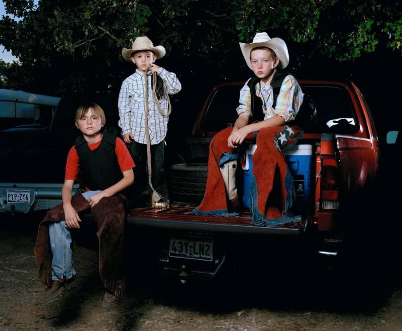 16. Слева направо: Остин Уокер, Брэйден Бэйкер и Брайант Кахилл готовятся к родео в Элм Гров, Техас. (Eric Mcnatt / Character Project)