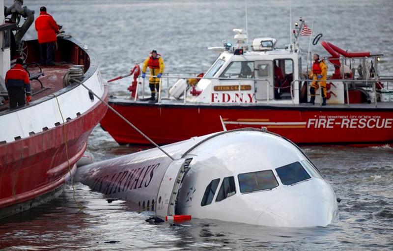 1) Спасательные суда у американского самолета Airways после того как последний упал в реку Гудзон в Нью-Йорке 15 января 2009 года. (REUTERS/Eric Thayer/Files)