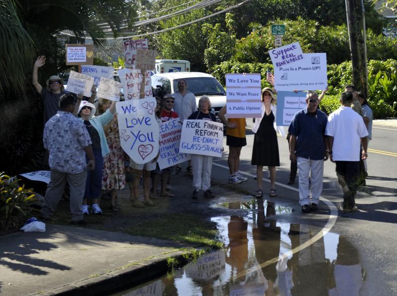 16. Сторонники президента и демонстранты собрались на дороге, ведущей к домику президента США Барака Обамы в Каилуа, Гавайи, 2 января 2010 года. (UPI/Joaquin Siopack/Pool)