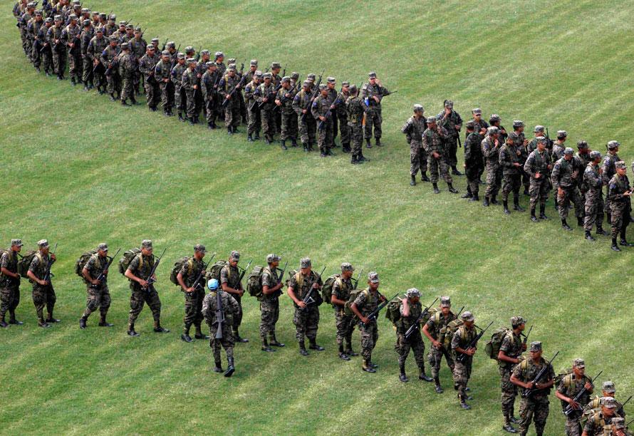 16) Гондурасские военные строятся на стадионе в Тегусигальпе, где новоизбранный президент Порфирио Лобо проведет церемонию инаугурации. Лобо был приведен к присяге и в среду выступил в качестве нового президента Гондураса. (AP Photo/Esteban Felix)