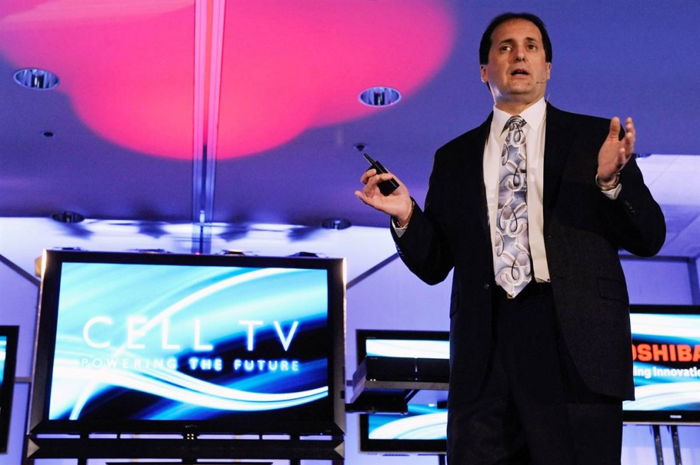 16. Скотт Рамирез из компании «Toshiba» представляет новый телевизор «Cell TV» на выставке CES. (Ethan Miller / Getty Images)