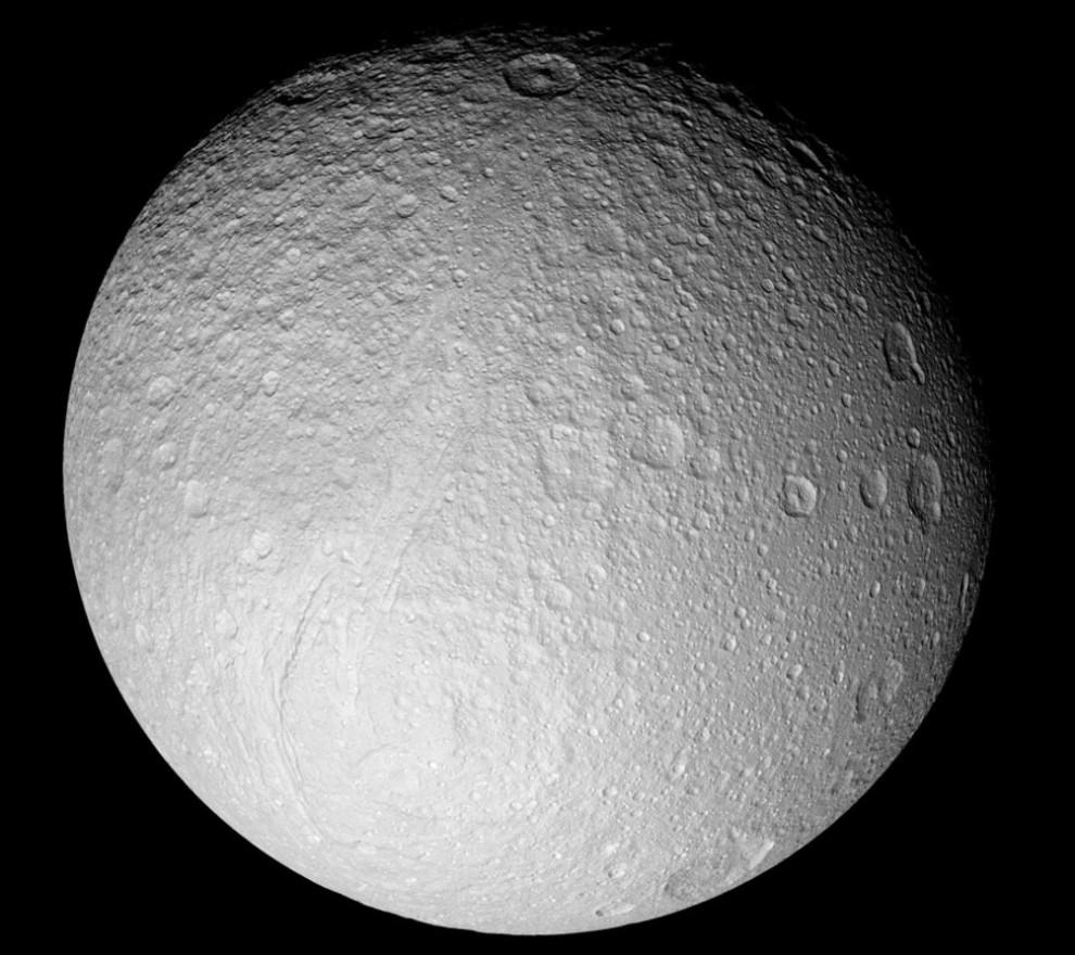 18) © NASA // Тетис - ледяная луна Сатурна.