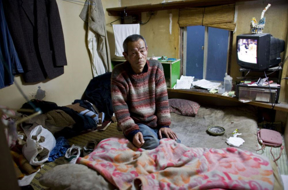 15. 70-летний Хироми Минаками живет в крошечной комнате на социальное пособие 19 января 2009 года в Осаке. (Shiho Fukada)