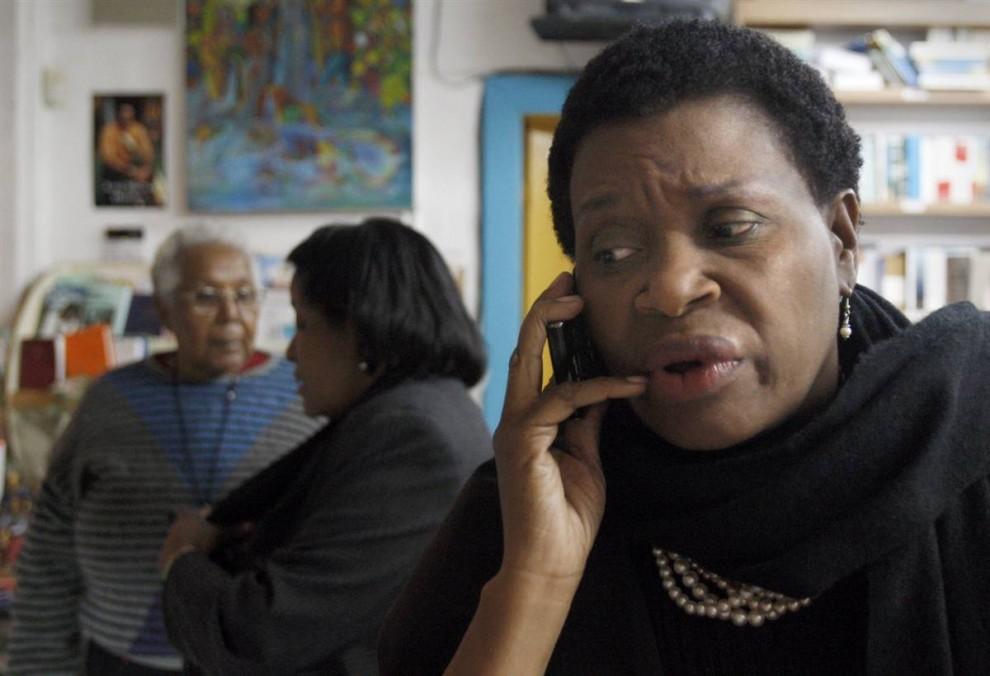 17. Марлен Бастин безуспешно пытается дозвониться до родственников на Гаити из небольшого гаитянского района в Майами 12 января. (Alan Diaz / AP)