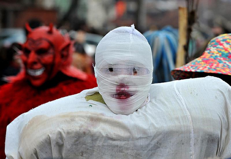 15) Правда, под костюмом и маской угадать пол довольно сложно. (AP)
