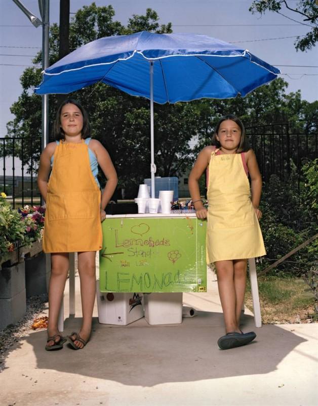 17. Пейдж Хантер и Николь Хантер продают лимонад в Браунвуде, Техас. (Eric Mcnatt / Character Project)