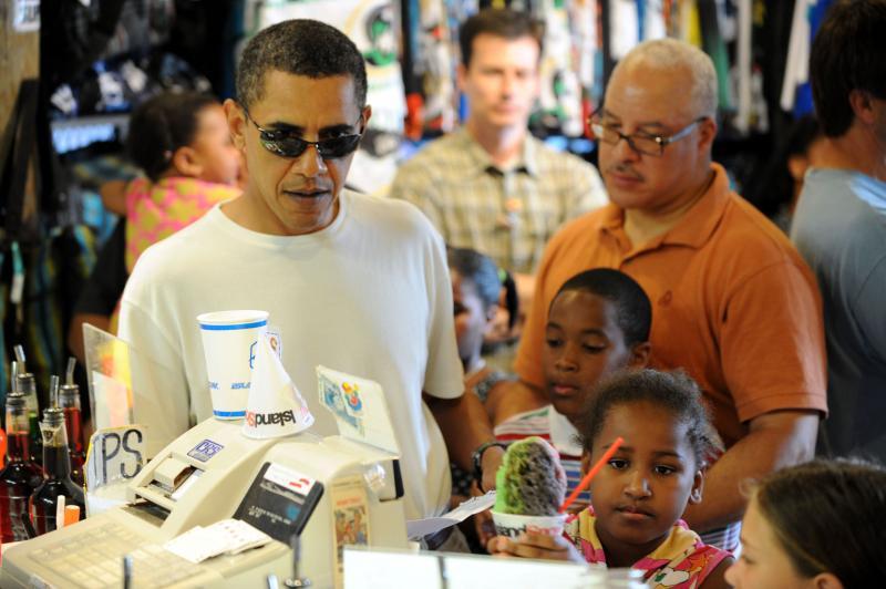 17. Президент США Барак Обама в кафе-мороженое на «Айленд-Сноу Гавайи» 1 января 2010 года в Каилуа. Обама и его семья продолжают отдыхать на Гавайях. (UPI/Cory Lum/Pool)