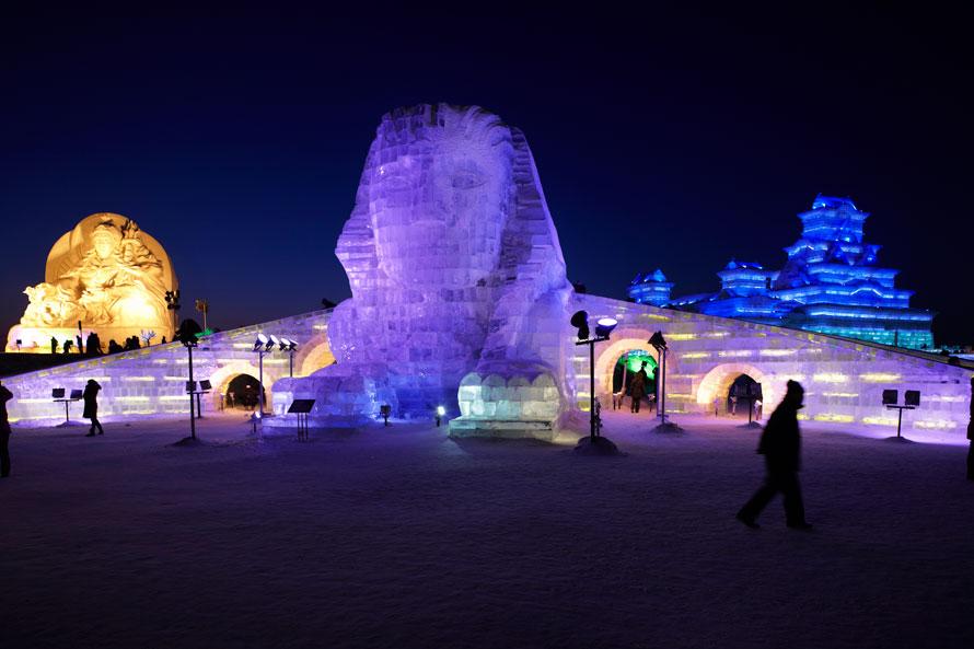 17) Ледовая скульптура сфинкса на 26-й Харбинском Международном фестивале снежных скульптур в Харбине, Китай. Посетители могут увидеть ледяные и снежные фигуры в рамках фестиваля вплоть до февраля. (Photo by Adam Pretty/Getty Images)