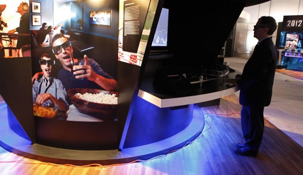 17. Сотрудник выставки смотрит фильм в 3-D на стенде компании «Sony». (Paul Sakuma / AP)