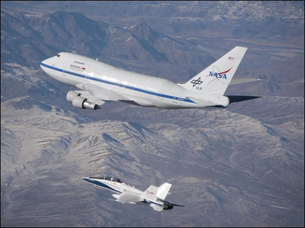 19) © NASA/ Jim Ross // Воздушная обсерватория SOFIA на базе самолета 747SP в сопровождении F/A-18.