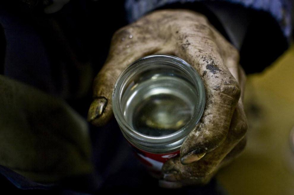 16. Безработный Ясу пьет дешевый сакэ 12 января 2009 года в Осаке. (Shiho Fukada)