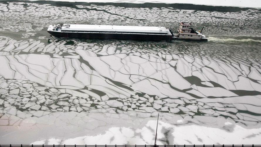 18. Танкер пробирается вверх по замерзшей реке Мононгахела в Питтсбурге. (AP Photo/Keith Srakocic)