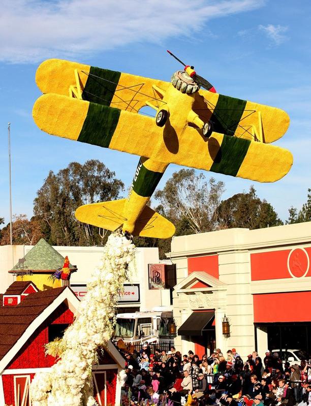 23) В процессии приняли участие и платформы с самолетами, выполненные из цветов. (Frederick M. Brown/Getty Images)