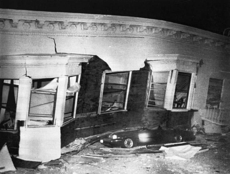 18) Автомобиль раздавлен обломками дома, уничтоженного землетрясением в Сан-Франциско 17 октября 1989 года. (UPI Photo/Rod Lamkey/Files)