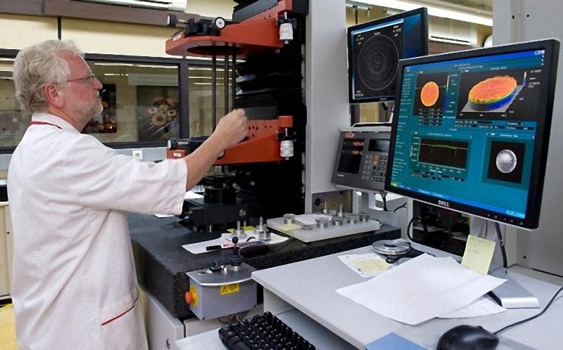 18) Компьютер  отображает графическое представление прохождения света через объектив. Он проверяет светопроницаемость со всех сторон и определяет, требуется ли поверхности линзы дополнительная полировка.