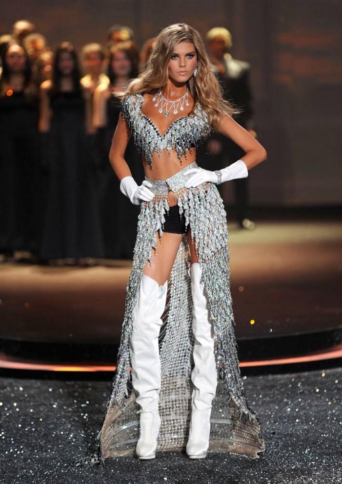 18. Модель в элегантном наряде на шоу Victoria's Secret. (Jason Kempin / Getty Images)